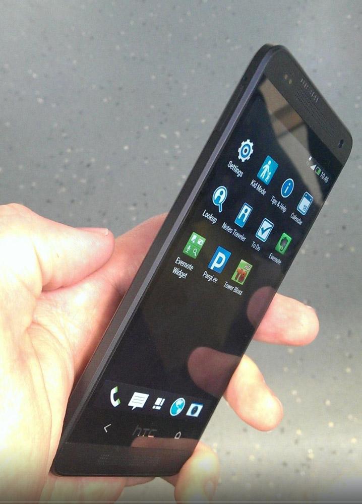 HTC One Mini i hånden